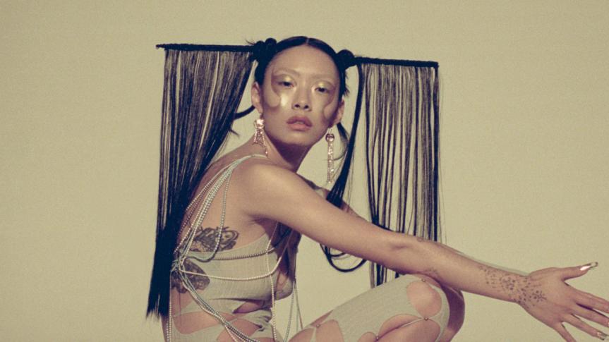 """Maravilhosa! Rina Sawayama libera """"Sawayama (Deluxe Edition)"""" e videoclipe para """"LUCID"""""""