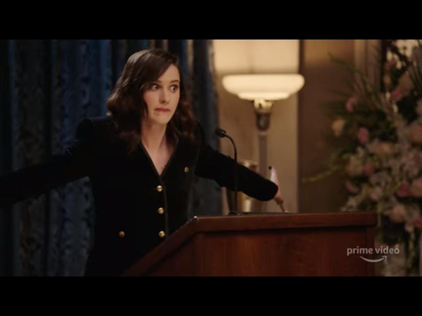 """Rachel Brosnahan faz funeral para 2020 em trailer de """"Yearly Departed"""", especial de fim de ano do PrimeVideo"""