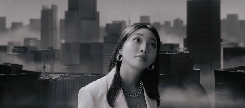 """Kim Chungha se transforma em gigante andando pela cidade. Assista""""X"""""""