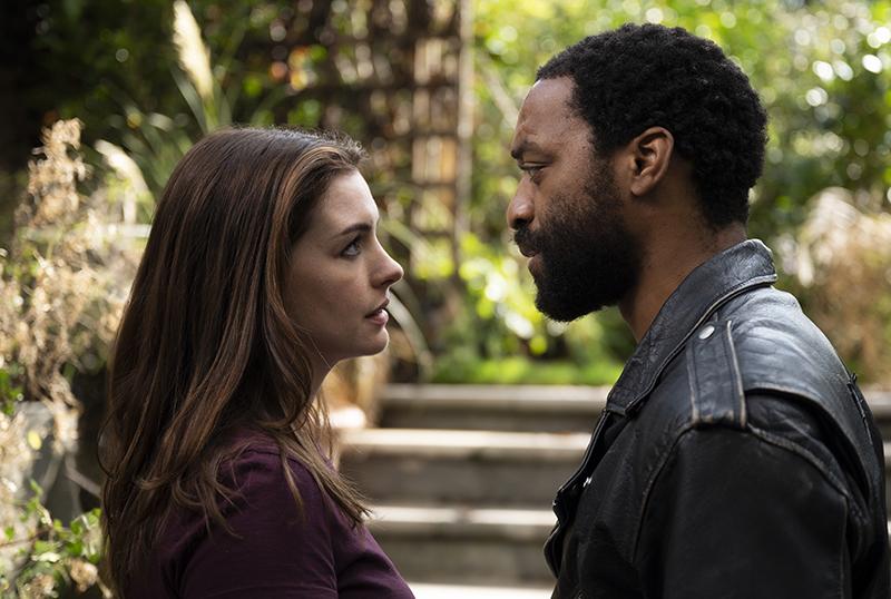 """Locked Down"": Anne Hathaway e Chiwetel Ejiofor planejam roubo em trailer dofilme"