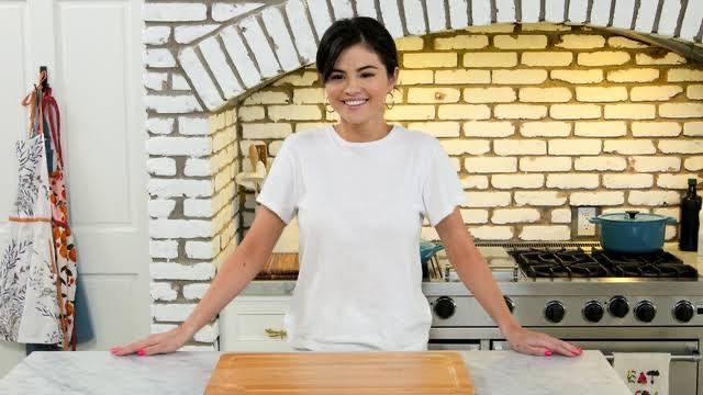 """""""Selena + Chef"""": Selena Gomez divulga vídeo com a data de lançamento da segundatemporada"""